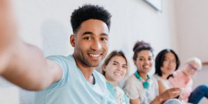 Jóvenes diversas etnias haciendo un selfie