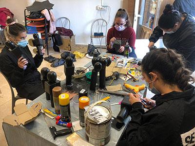 grupo de estudiantes haciendo trabajos manuales