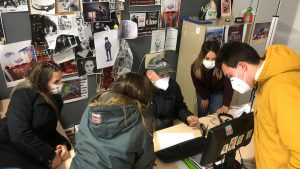 grupo de estudiantes trabajando en ordenador
