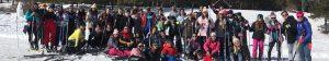 Grupo de estudiantes y profesores de La Blanca Paloma en estación de esquí